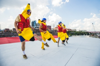 Team Banana Flug performs their routine at Red Bull Flugtag in Nashville, TN, USA on 23 September, 2017. // Matt Shaw / Red Bull Content Pool // P-20170924-00685 // Usage for editorial use only // Please go to www.redbullcontentpool.com for further information. //
